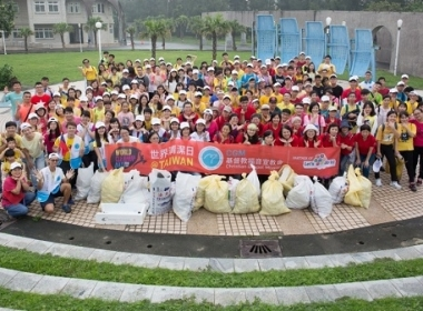 Lets do it!號召全球150個國家,一同在今天打掃環境,並進行24小時接力直播,是全球熱門的公民運動,台灣也熱情響應