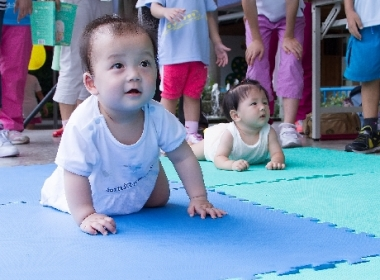 Babies' crawling competition
