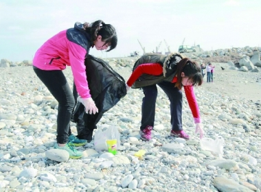CGM memebers picking up trash on the beach of Hualien