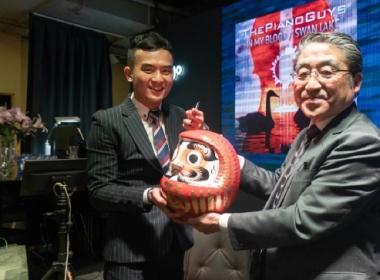 日本未病總研福生吉裕理事長與CGM和平醫療團團長張殷仁醫師進行達摩點睛簽訂合作備忘錄